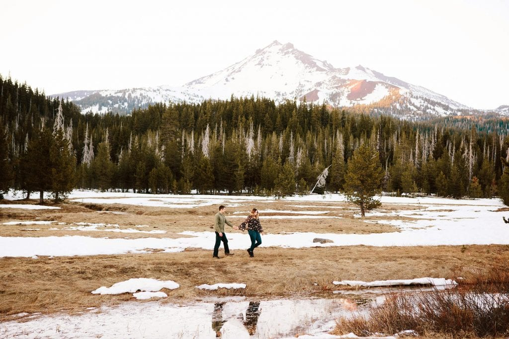 Bend engagement photos . Bend Oregon engagement and wedding photographer.
